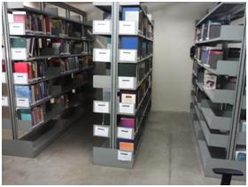 Imagem das estantes de livros da biblioteca da Faculdade de Enfermagem