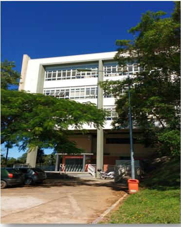 Imagem da entrada de acesso ao prédio da biblioteca de Exatas.