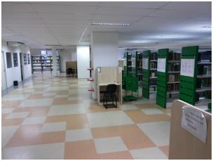 Imagem das estantes de livros da biblioteca da Faculdade de medicina.