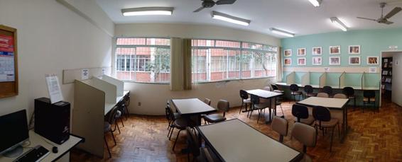 Imagem das mesas de estudo em grupo e individual da Biblioteca da Faculdade de Serviço Social.