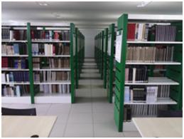 Imagem das estantes de livros da biblioteca de Farmácia e Odontologia.