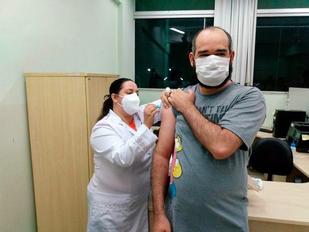 Comunidade acadêmica recebe vacina contra Covid em ação que contou com o apoio da UFJF-GV