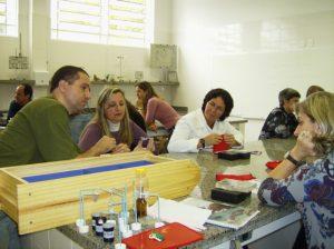Professores, professoras e Eloi, o ministrante do curso da Experimentoteca e diretor do Centro de Ciências.