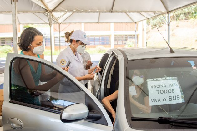 Drive-thru na UFJF vacina pessoas com comorbidades e deficiências permanentes