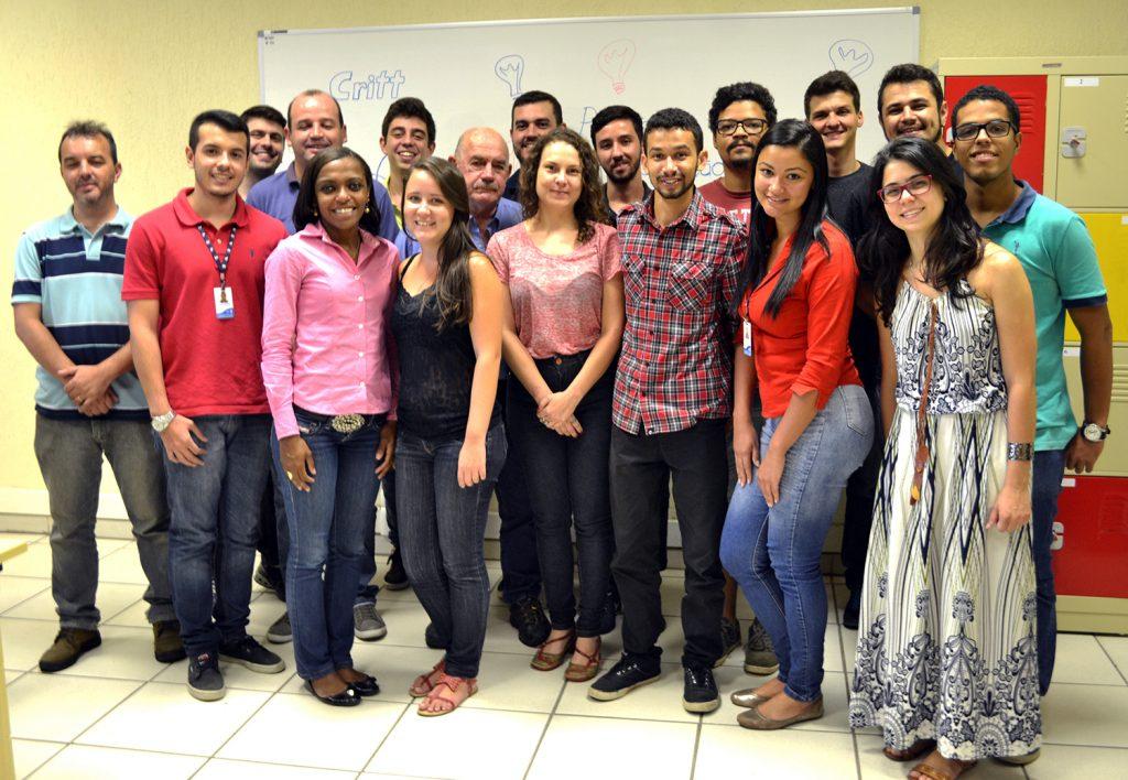 Ao final da aula, a turma se reuniu para confraternizar no novo espaço de trabalho compartilhado. Foto: Lílian Delfino/UFJF