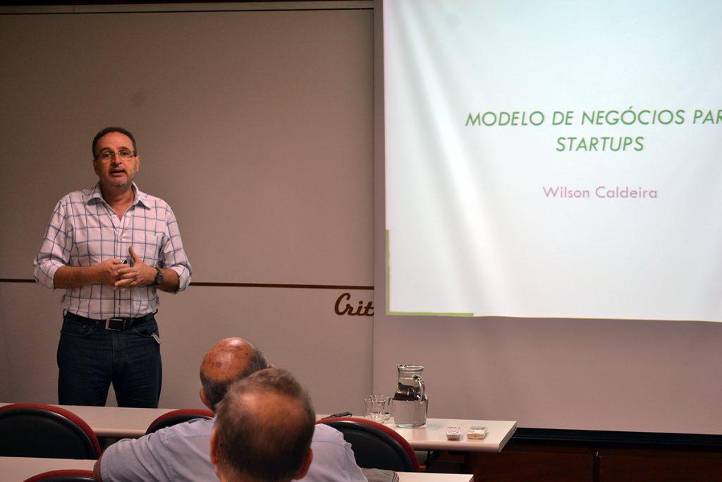 O palestrante também apresentou modelos de negócio de startups de sucesso. Fotos: Lucas Guedes/UFJF