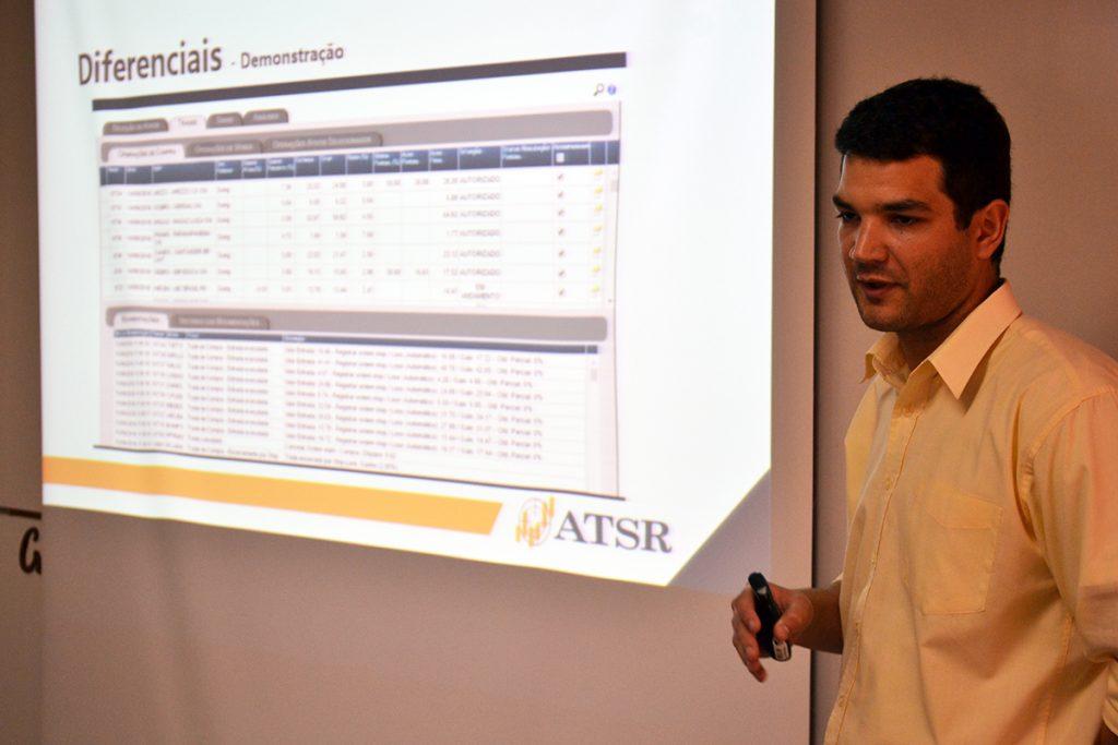Representando a ATSR Sistemas, o empresário Bruno Pereira explicou como funciona um dos softwares de gestão pensados pela empresa. Foto: Lucas Guedes/UFJF