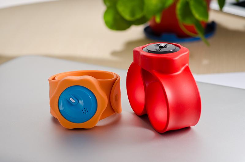 Com a pulseira, pais podem monitorar localização de seus filhos utilizando o celular. Foto: Divulgação