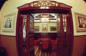 Sala de jantar com teto de madeira de lei