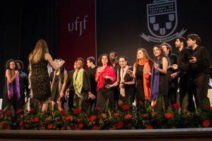 Foto da apresentação do Coral, sob regência de Hellem Pimentel, em Colação de Grau da UFJF no Cine-Theatro Central.
