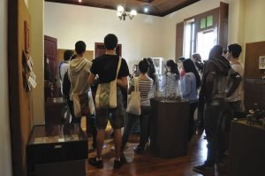 """Foto de uma visitação à Exposição """"Folclore Brasileiro"""""""