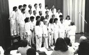 Foto do Coral Universitário, em 1996, regido por Vitor Vassalo