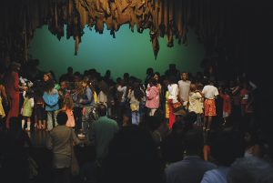 """Foto dos alunos da Escola de Espectadores na peça """"Simbita e o dragão"""", de José Luiz Ribeiro, em 2007."""