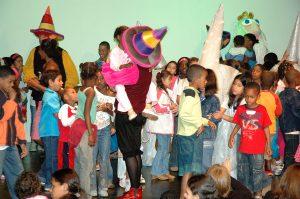 """Foto do projeto """"Escola de Espectador"""" sendo desenvolvido com os alunos."""