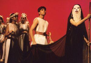 """Foto do espetáculo """"Orfeu e Eurídice"""", de José Luiz Ribeiro, apresentado pelo Núcleo Adolescente em 2003."""