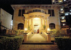 Foto da fachada de frente do forum da Cultura, vista durante a noite