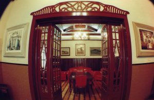 Foto da sala de jantar do Casarão, com teto de madeira de lei