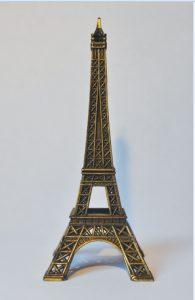 A representação da Torre Eiffel, um dos cartões postais da França
