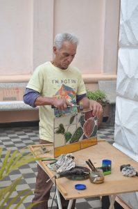 Processo de preparo da peça de vitral para encaixe. Foto: Forum da Cultura.