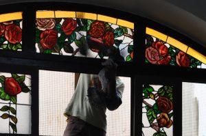 Processo de colocada do vitral. Foto: Forum da Cultura.