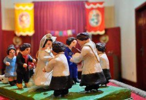 """Foto da peça """"Casamento na Roça"""", da exposição """"Festa Junina"""", no Museu de Cultura Popular da UFJF, em 2106."""