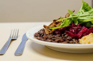 Refeições como almoço e jantar saem a R$ 1,40 (Foto: Géssica Leine)