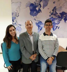 Franz Brandenberger, no meio, e os funcionários Andressa Soares e Hugo Rocha.