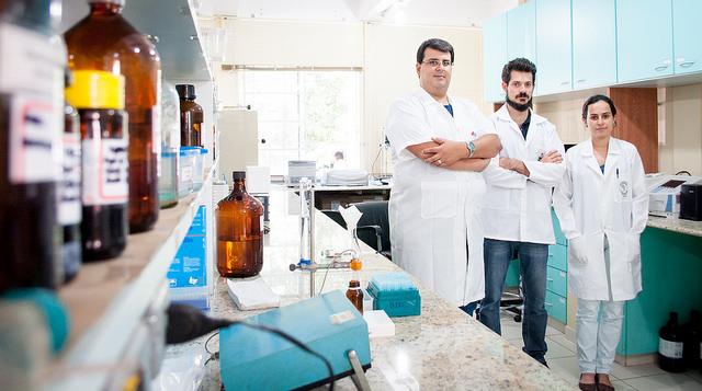Equipe do Laboratório de Análise de Glicoconjugados da UFJF se dedica, entre outras atividades, à analise de compostos de medicamentos (Foto: Géssica Leine)
