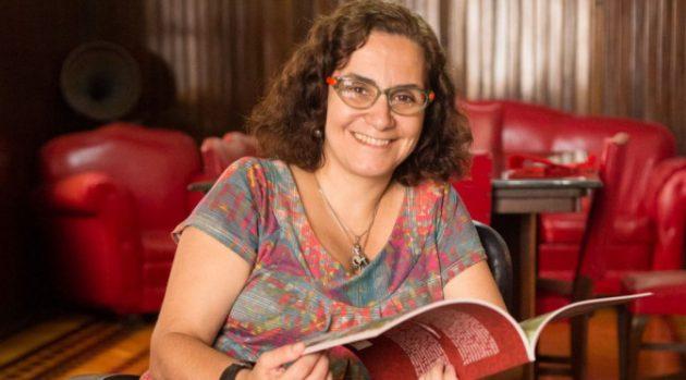 Atriz há 30 anos, a professora Márcia Falabella tenta passar aos alunos mais segurança ao falar em público, usando algumas técnicas do teatro (Foto: Stess Panissi/Letícia Abdalla)