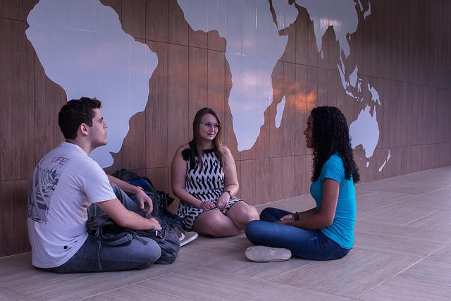 Estudantes aprovados  trocam experiências e estratégias usadas na seleção (Foto: Iago de Medeiros)