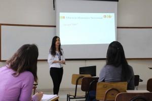 Laura Anne foi a primeira graduanda do curso de Nutrição em Governador Valadares a apresentar seu TCC (Foto: Gabriella Ramos)
