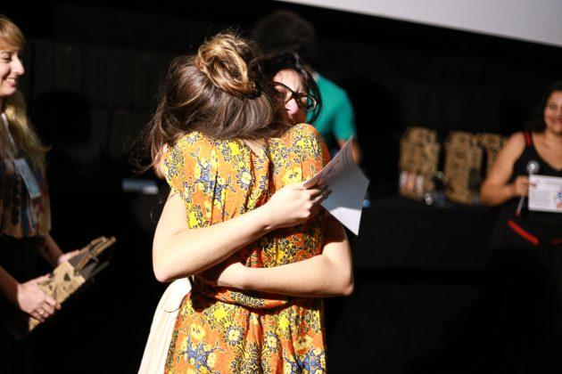 Alunas comemoram prêmio no Festival Primeiro Plano (Foto: Wagner Emerich)