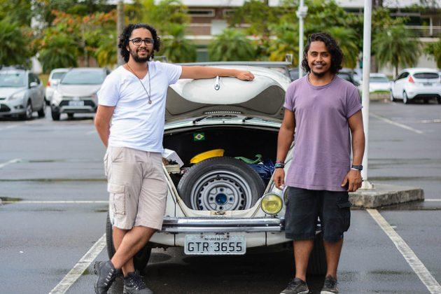 Daniel Pinto e Alberto Souza preparam-se para a viagem até Belterra, no Pará (Foto: Fayne Ferrari/UFJF)