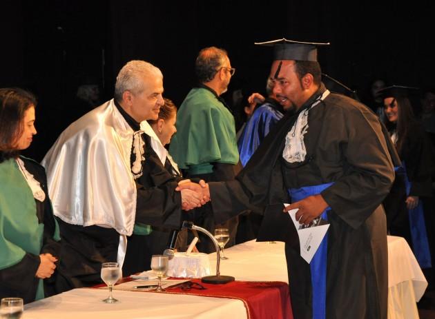 Formando não conteve emoção durante a entrega do diploma  (Foto: Alexandre Dornelas)
