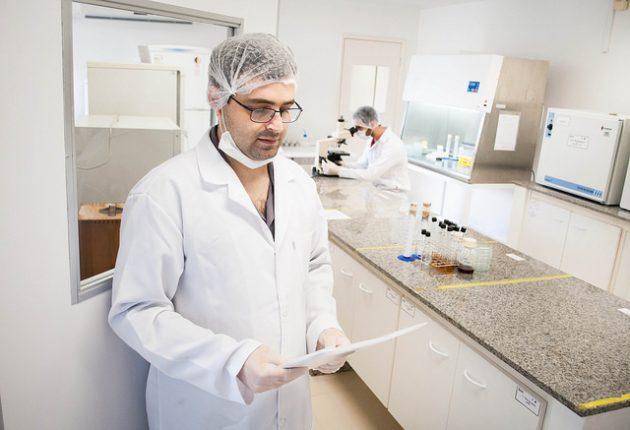 Além das pesquisas, o professor Humberto Húngaro também atende a demanda da população no Laboratório de Análise de Alimentos e Água (Foto: Caique Cahon)