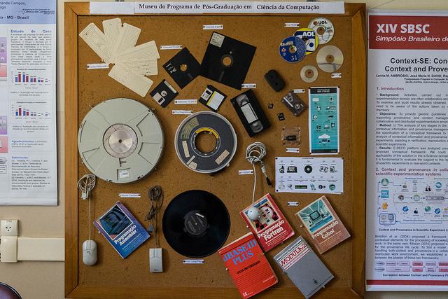 Atento à sua memória, o Programa de Pós-graduação reúne peças que remetem à história da Ciência da Computação (Foto: Fayne Ferrari)