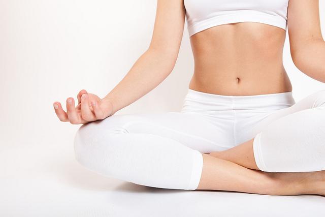 pessoa fazendo ioga