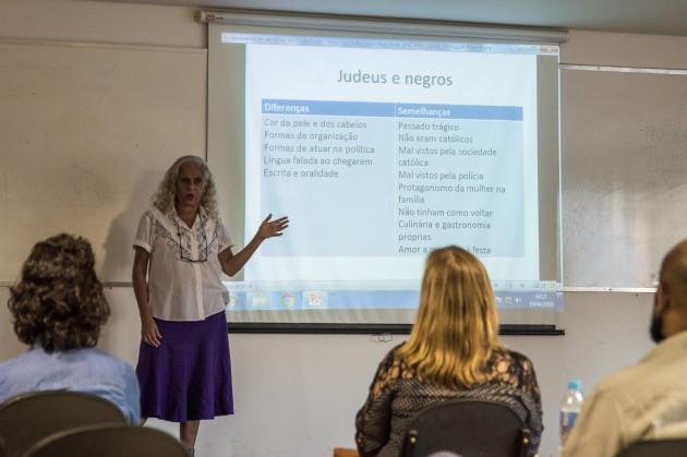 """A jornalista Beatriz Coelho Silva apresentou seu livro no IAD sobre relações entre """"berço do samba"""" carioca e judeus (Foto: Gustavo Tempone)"""