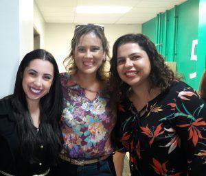 Professora Waneska Alves entre as orientandas Géssia Laiene e Cristiane Campos (Foto: Divulgação)