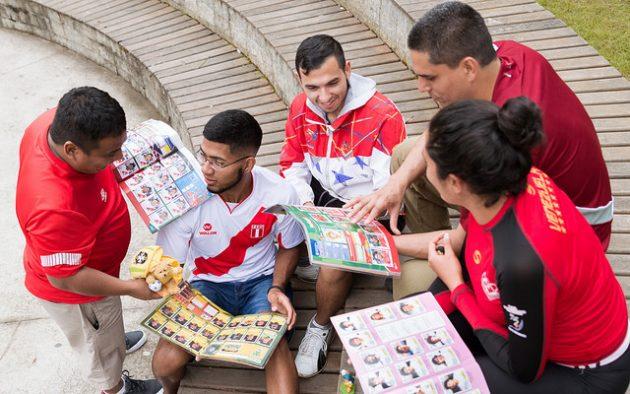 Uniformizados e com álbuns da Copa, a torcida da república cultural latina está super animada (Foto: Iago Medeiros)