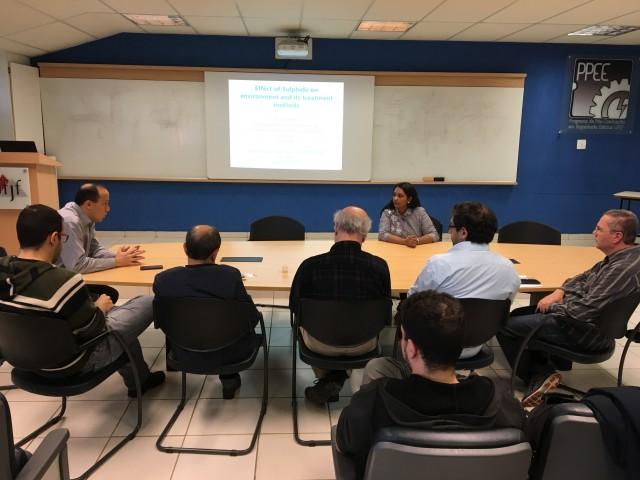 Foto da professora indiana apresentando sua pesquisa