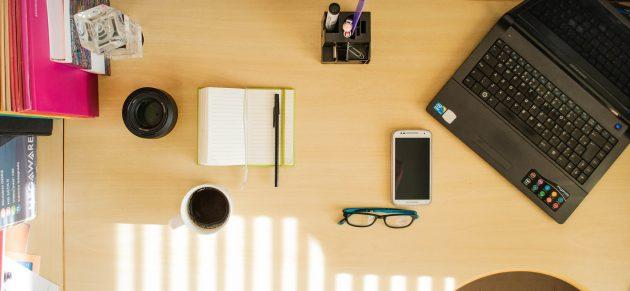 Mesa_trabalho_computador_celular_bloco_revista_UFJF