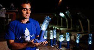 Um Litro de Luz é, segundo Vitor Belota, seu criador, a maior ONG do mundo na área de iluminação. (Foto: Divulgação / GreenMe)