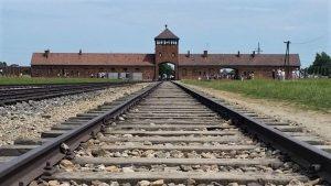 Acesso de trem ao campo de concentração Aschwitz II - Birkenau (Foto: Raul Mourão)