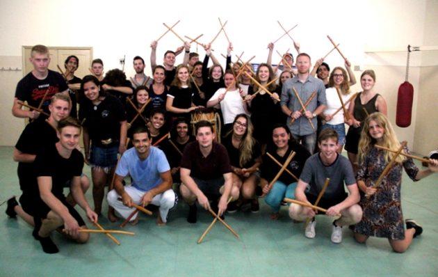 Dinamarqueses e brasileiros tiveram aula de maculelê e demonstraram sintonia durante a dança afro-brasileira (Foto: Colégio João XXIII/Assessoria)