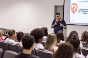 Fonseca esclareceu informações presentes nas embalagens de produtos (Foto: Gustavo Tempone/UFJF)