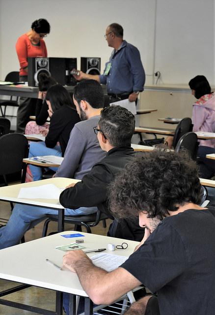 De camiseta preta, xx se concentra para ouvir os trechos musicais tocados durante a prova (Foto: Alexandre Dornelas)