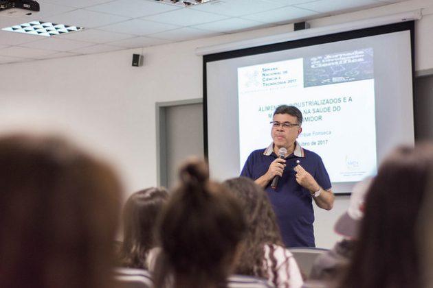 Pesquisador falou sobre a importância da consciência sobre do nível de modificação do alimento que consumimos (Foto: Foto: Gustavo Tempone/UFJF)