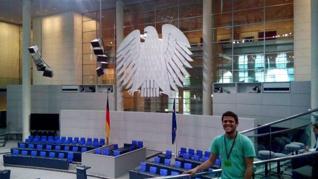 Na visita à capital, Warley participou de uma palestra no parlamento alemão (Foto: Warley Almeida)