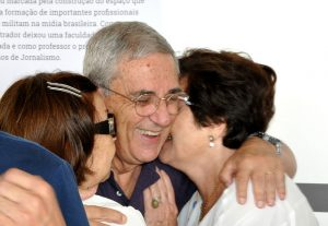 Professor da Facom por 42 anos, José Luiz Ribeiro homenageou Adilson Zappa ao lado de suas familiares (Foto: Alexandre Dornelas)
